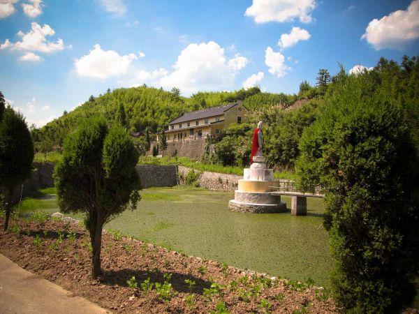 Taishen tempel - gezien vanaf de weg
